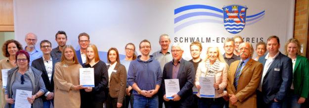 Die Preisträger des pädagogischen Prämienmodels und des Sonderpreises nach der Auszeichnung in der Kreisverwaltung des Schwalm-Eder-Kreises. Foto: nh