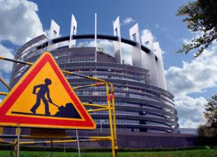 Baustelle Europa. Der Büroturm des Parlaments in Straßburg verdeutlicht in seiner gesamten Architektur, dass Europa ein politisches Gebilde ist, an dem die Arbeit nie ausgeht. Foto: Gerald Schmidtkunz