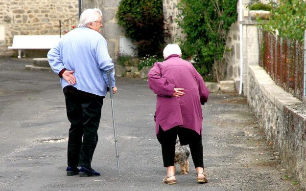 Die Menschen wollen selbstbestimmt leben, so lange es möglich ist. Geht es dann doch in die (häusliche) Pflege, dürfen finanzielle Belastungen nicht zu einer Überforderung für die ganze Familie führen. Foto: Bernd Müller | Pixabay