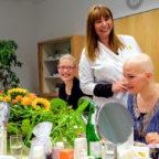 Im Kosmetik-Seminar bekommen die Teilnehmerinnen eine Chance, sich trotz ihrer Erkrankung ihre attraktive Erscheinung und ein selbstbewusstes Auftreten zu erhalten. Foto: DKMS LIFE