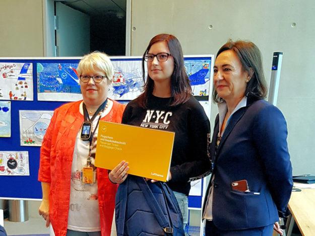 Michelle Hauke erhielt für ihren Sieg von den DLH Mitarbeiterinnen Maria Leon (re.) und Cornelia Straub (li.) einen Flugschein für zwei Personen überreicht. Foto: DLH