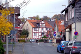 Die Arbeiten am Bahnübergang von Röhrenfurth verzögern sich, die Schranken bleiben noch länger geschlossen.. Foto: Gerald Schmidtkunz
