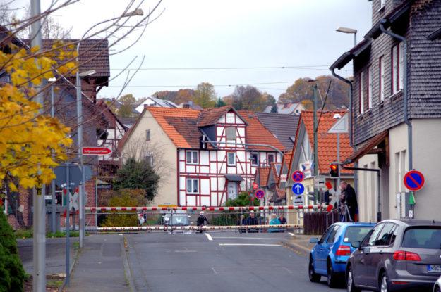 Die Arbeiten am Bahnübergang von Röhrenfurth verzögern sich, die Schranken bleiben noch länger geschlossen. Foto: Gerald Schmidtkunz