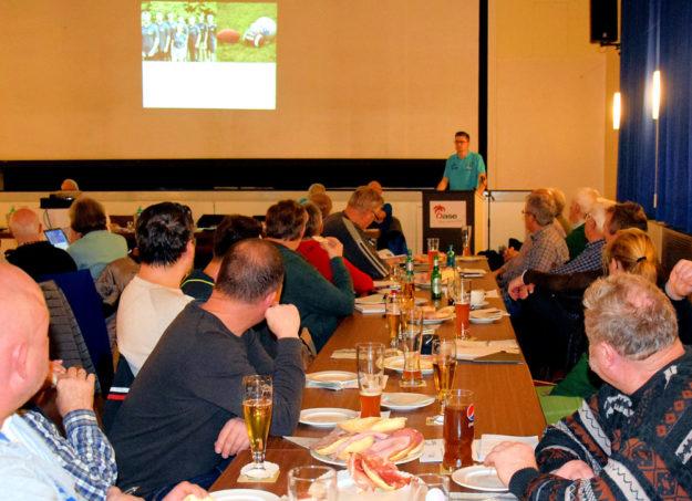 Jugendwart Tobias Stang von der Sportjugend (am Pult) erläuterte anhand einer Powerpointpräsentation die Arbeit der Sportjugend. Foto: Brandt