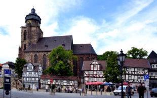 Marktplatz Homberg mit Marienkirche und Möbelwagen. Foto: Schmidtkunz