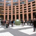 Innenhof des zirka 60 m hohen Büroturms des Europäischen Parlaments in Straßburg. Foto: Gerald Schmidtkunz