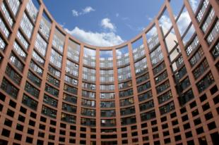 Im 60 m hohen Hohlturm des EU Parlaments sind 1133 Büros auf 17 Etagen untergebracht. Foto: Gerald Schmidtkunz