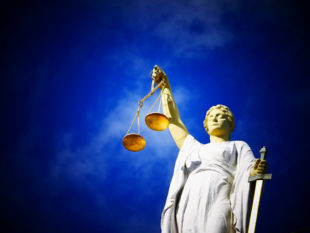 Justizia entscheidet ohne Ansehen der Person. Foto: Edward Lich   Pixelio