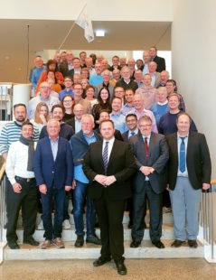 Engin Eroglu (vorne) mit den hessischen Teilnehmer/innen der FREIE-WÄHLER-Bundesmitgliederversammlung. Foto: nh