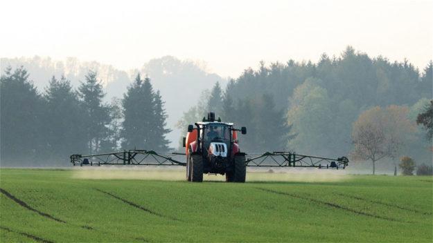 Gegen die Nitratbelastung des Grundwassers sieht das Agrarpaket der Bundesregierung u.a. eine schärfere Düngemittelbeschränkung vor. Foto: Franz W. | Pixabay