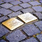 Die Stolpersteine können mit haushaltsüblichen Messingreinigern gesäubert werden. Symbolfoto: Hans Braxmeier | Pixabay