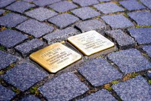 Die Stolpersteine können mit haushaltsüblichen Messingreinigern gesäubert werden. Symbolfoto: Hans Braxmeier   Pixabay
