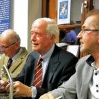 Autor Dr. Dieter Vaupel (re.) gemeinsam mit den Söhnen Egbert Hayessens, Volker und Hans-Hayo, bei der ersten öffentlichen Präsentation des Buches im überfüllten Gensunger Kultur-Bahnhof. Foto: Erika Mönig