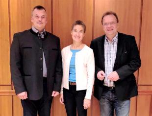 Robert Hackl, Betriebsleiterin Kerstin Schwab und Landrat Winfried Becker (v.li.). Foto: nh