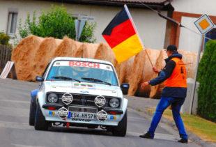 Das Rallye Team Hessisches Bergland bereitet sich auf die Herbstrennen vor. Im Bild fährt Herbert Möller seinen Retro-Ford in die Startposition. Foto: rthb