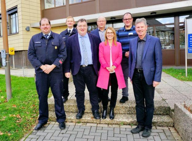 Vorn v.re.: Bürgermeister Klemens Olbrich, Wiebke Knell (MdL) und Staatssekretär Mark Weinmeister. Foto: Staatskanzlei
