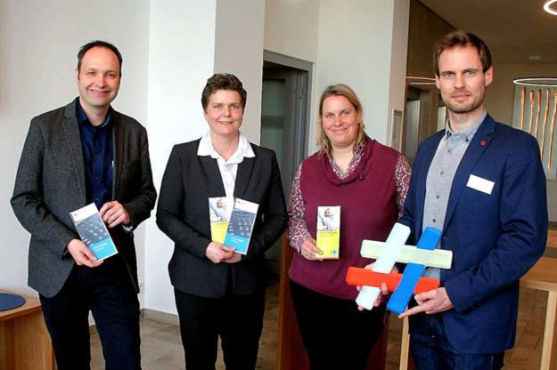 Gemeinsam für mehr Sicherheit (v.li.): Dr. Thomas Fölsch (Bereichsleiter Aus- & Weiterbildung IHK), Aniane Emde (Polizeipräsidium Nordhessen) sowie Janina Brinkhoff und Enrico Gaede (beide IHK-Team Aus- & Weiterbildung). Foto: nh