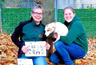 Ulrike Schmiedl und Nicole Reubert präsentieren gemeinsam mit Shanti den neuen Tierheim-Beuern-Kalender-2020. Foto: nh