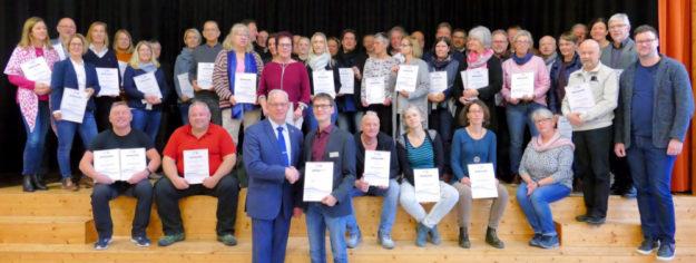 Erster Kreisbeigeordneter Jürgen Kaufmann (vo.li.) überreicht Marco Pelz von der Radko-Stöckl-Schule in Melsungen eine Urkunde. Foto: nh