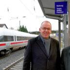 Bürgermeister Claus Steinmetz (li.) und Landrat Winfried Becker am Bahnhof in Wabern. Foto: nh