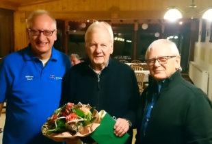 Wilfried Koch (li.) und Günter Brandt überreichten Ulrich Manthei (Mitte) für 25 Jahre Sportkreisvorsitz ein Präsent. Foto: Markus Reckziegel