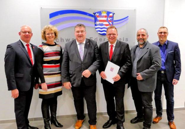 Erster Kreisbeigeordneter Jürgen Kaufmann (li.), Staatssekretär Mark Weinmeister (Mitte) und Landrat Winfried Becker (3.v.re.). Foto: Staatskanzlei