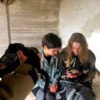 Filmszene mit Rike Bauer (li.) in der Rolle von Blanka und Lea Achler in der Rolle von Helga, die ihr Brot mit Blanka teilt. Foto: Ruckel/ frei | nh