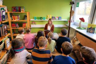 Wiebke Knell liest am Vorlesetag Schülern der Astrid-Lindgren-Schule Märchen vor. Foto: nh