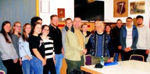 Lehrer Andreas Göbel und Zeitzeuge Max Weigel mit den Schüler/innen im Grundkurs Geschichte am Schwalmgymnasium. Foto: nh