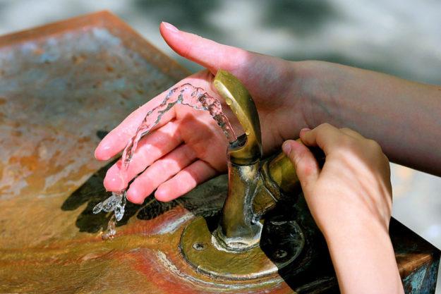 Ein allzu verschwenderischer Umgang mit dem Wasser könnte in Bad Zwesten bald teuer zu stehen kommen. Innerhalb von zwei Jahren soll die Lebensgrundlage um 80% teurer werden. Das ist sogar den Grünen zu viel. Foto: congerdesign | Pixabay