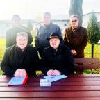 Das Bild zeigt vorne Staatssekretär Mark Weinmeister und Ortsvorsteher Jörg Albert, hinten in der Mitte Bürgermeister Klaus Wagner. Foto: Hessische Staatskanzlei