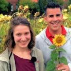 Moderator Andreas Gehrke mit Landwirtin Franziska Dörr bei der Sonnenblumenernte. Foto: hr