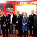 Für die Anschaffung eines speziellen neuen Feuerwehrfahrzeuges übergab Staatssekretär Mark Weinmeister einen Förderbescheid über 100.000 €. Foto: Hessische Staatskanzlei
