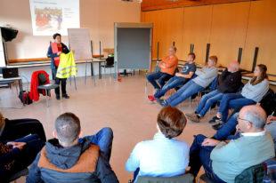 Ausbilderin Martina Wolafka (DRK, Homberg) vermittelte der Sportjugend Anleitungen für die Erstversorgung von Kindern. Foto: Maria Nohl