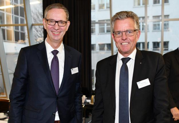 Zeichnete die Diskussion im Haushaltsauschuss nach: Der Vorsitzende des Gremiums und IHK-Präsidiumsmitglied. Unser Bild zeigt ihn mit IHK-Präsidiumsmitglied Dr. Harald Bommhardt (li.). Foto: IHK