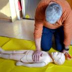 Der praktische Teil der Fortbildung beinhaltete die lebensrettenden Sofortmaßnahmen bei Atemstörungen und Störungen des Herz-Kreislaufsystems, die hier von einem Teilnehmer an der Demonstrationspuppe angewandt wurden. Foto: Maria Nohl