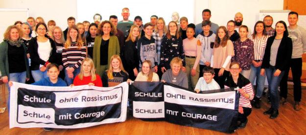 """Gruppenbild vom Seminar der im Schwalm-Eder-Kreis organisierten Schulen mit dem Bekenntnis """"Schule ohne Rassismus – Schule mit Courage"""". 18 dieser Schulen des Landkreises sind im bundesweiten Projekt anerkannt, in Hessen gibt es insgesamt 129 anerkannte Schulen. Foto: nh"""