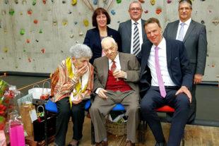 Zu seinem 100. Geburtstag wurde Bürgermeister a.D. Gilbert Sauvan die Ehrenbürgerschaft Willingshausens zuteil. Foto: nh