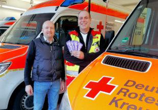 Für die Leute der DRK-Rettungswache überreichte Sozialdemokrat Jan Rauschenberg die Gerda-Schokoladen an Notfallsanitäter Peter Wimmel (re.). Foto: Sabine Jäger