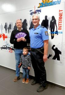 SPD-Mann Jan Rauschenberg und sein Sohn Jonas überbrachten der Polizei den Dank für treuen Dienst. Hauptkommissar Ralf Hruschka nahm die Schokolade entgegen. Foto: Sabine Jäger