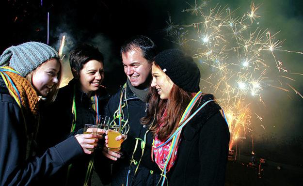 Egal, was andere sagen, der Jahreswechsel ist allemal ein Ereignis, das mit Sekt-Stößchen und mit Lichteffekten am Himmel gefeiert werden darf. Foto: Comet Feuerwerk GmbH