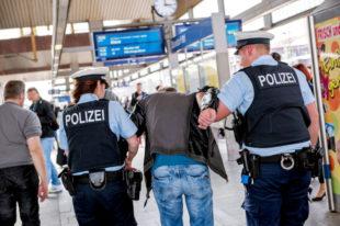 Eine Person wird abgeführt. Foto: Bundespolizei