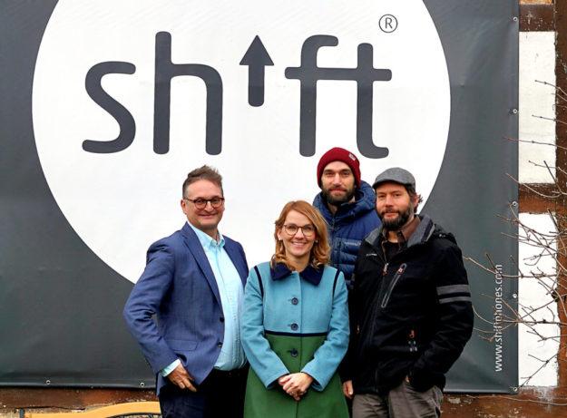 Zu Gast bei der SHIFT GmbH (v.li.): Oliver Stirböck und Wiebke Knell mit den Betriebsinhabern Carsten und Samuel Waldeck. Foto: nh
