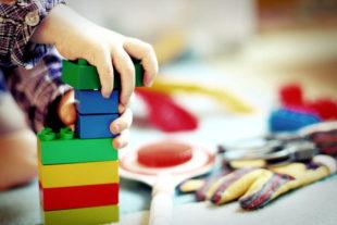 Am besten nur geprüfte Spielsachen unter den Christbaum legen. Importware ist oft mit schädlichen Chemikalien belastet, warnt Dr. Bettina Hoffmann. Foto: Esi Grünhagen   Pixabay