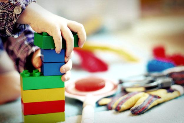 Am besten nur geprüfte Spielsachen unter den Christbaum legen. Importware ist oft mit schädlichen Chemikalien belastet, warnt Dr. Bettina Hoffmann. Foto: Esi Grünhagen | Pixabay