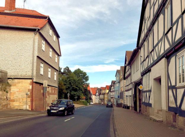 Die Felsberger Ortsdurchfahrt an der Ecke Untergasse und Obergasse. Foto: ©ARGE Dorfentwicklung, Detmold