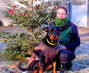 Tierpflegerin Tamara Weishaupt mit Rottweilerdame Gigi, die noch ein warmes Zuhause bei netten Menschen sucht. Foto: nh