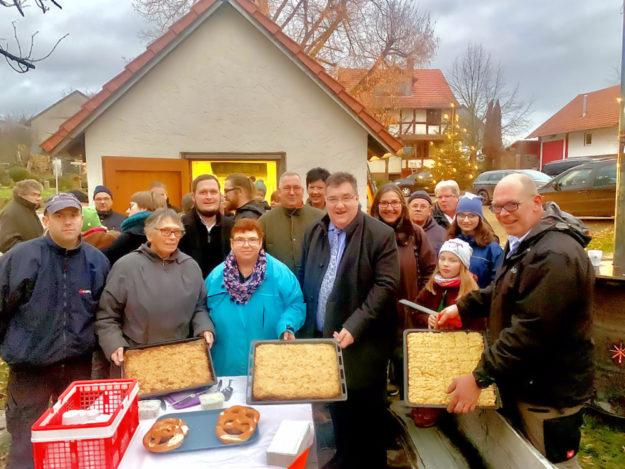 Bescheidübergabe am Backhaus: Bürgermeister Heiko Manz (3.v.li.), Regine Müller (6.v.li.) und Staatssekretär Mark Weinmeister (7.v.li.). Foto: Staatskanzlei