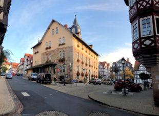 Blick aus der Burgstraße auf Rathaus und Marktplatz in Spangenberg. Foto: Gerald Schmidtkunz