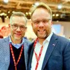 Bezirksvorsitzender Timon Gremmels (re.) gratuliert Michael Roth zur Wiederwahl in den SPD Parteivorstand. Foto: nh
